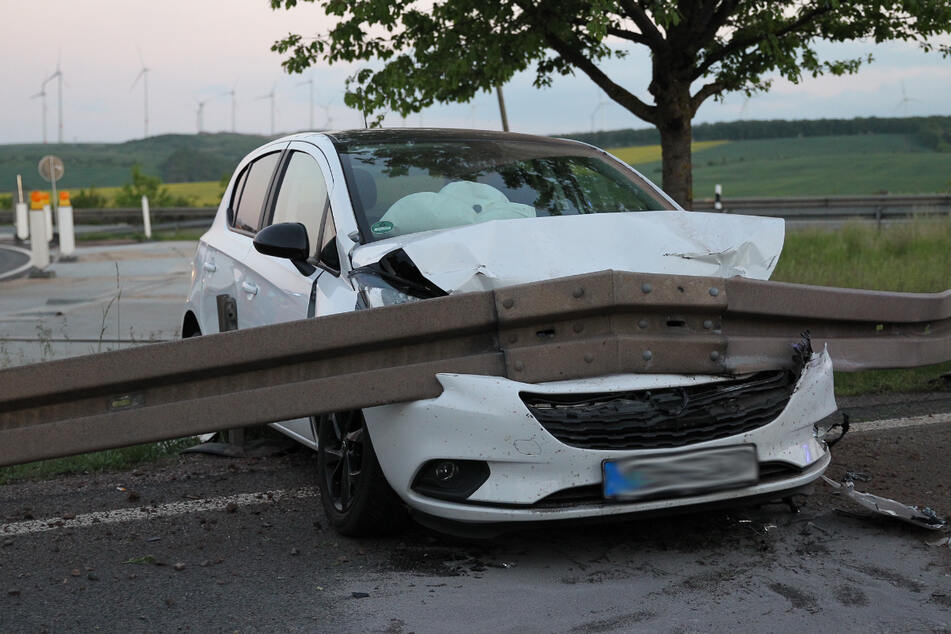 Unfall A38: In Leitplanke gekracht: Opelfahrerin (19) verunglückt beim Verlassen der A38