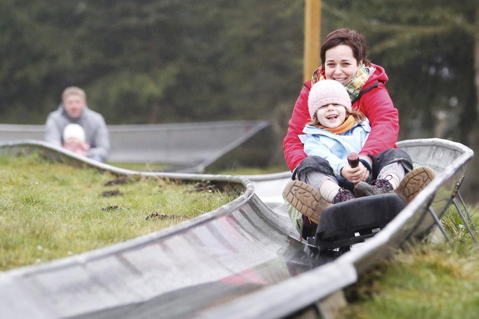Die Sommerrodelbahn bietet Spaß für jung und alt.