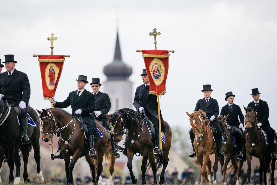 Auf Zuschauer müssen Osterreiter in diesem Jahr verzichten. Auf dem Pferderücken dürfen sie die Maske aber abnehmen.