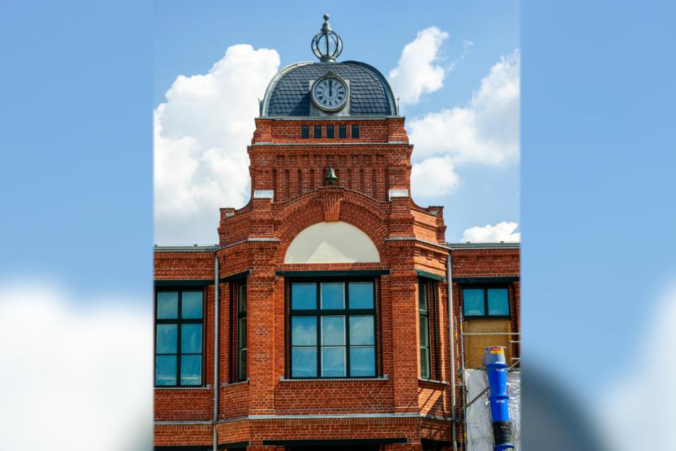 In diesem Gebäude der Baumwollspinnerei Clauß entsteht das neue Rathaus von Flöha. Uhr und Glocke hängen schon.