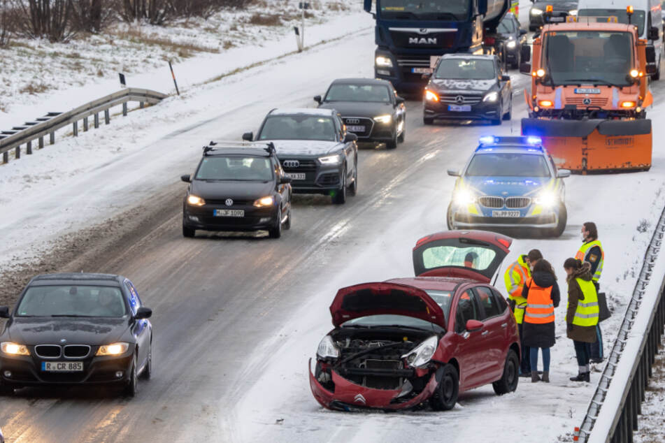 Ein beschädigtes Auto steht nach einem Unfall am Donnerstagmorgen auf der verschneiten Autobahn A94.