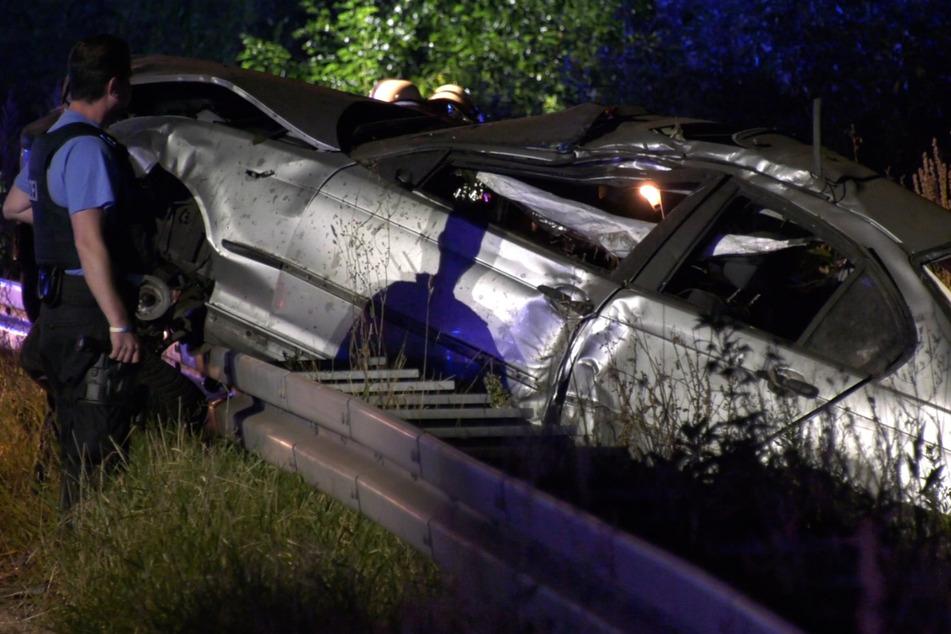 Der 19-Jährige kam von der Straße ab, krachte von hinten gegen eine Leitplanke, wurde aus seinem BMW geschleudert und dann von einem Lkw überfahren.