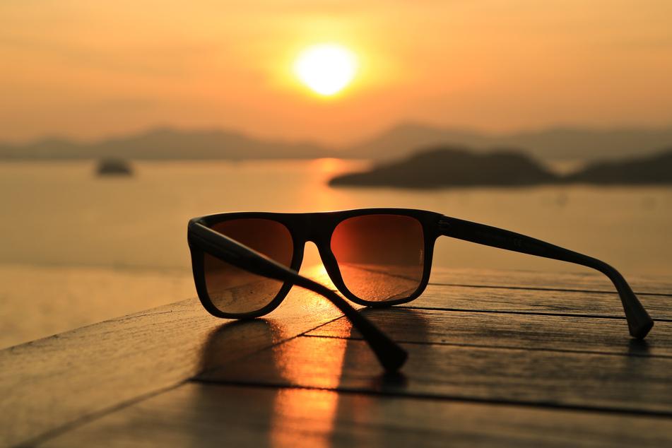 Eine Sonnenbrille zu tragen, hat kaum Auswirkungen auf die Bildung von Vitamin D - denn der Nährstoff wird nicht in den Augen, sondern in der Haut produziert. (Symbolbild)