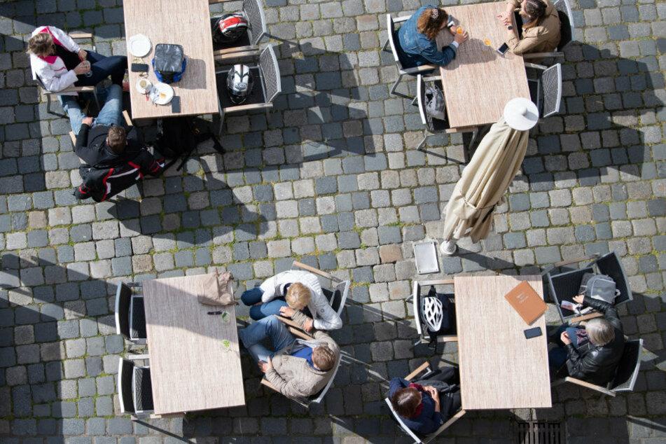 Der Abstand zum nächsten Tisch sollte laut Gesundheitsministerium satte 2,50 Meter betragen. Nun wurde die Zahl nach unten korrigiert.