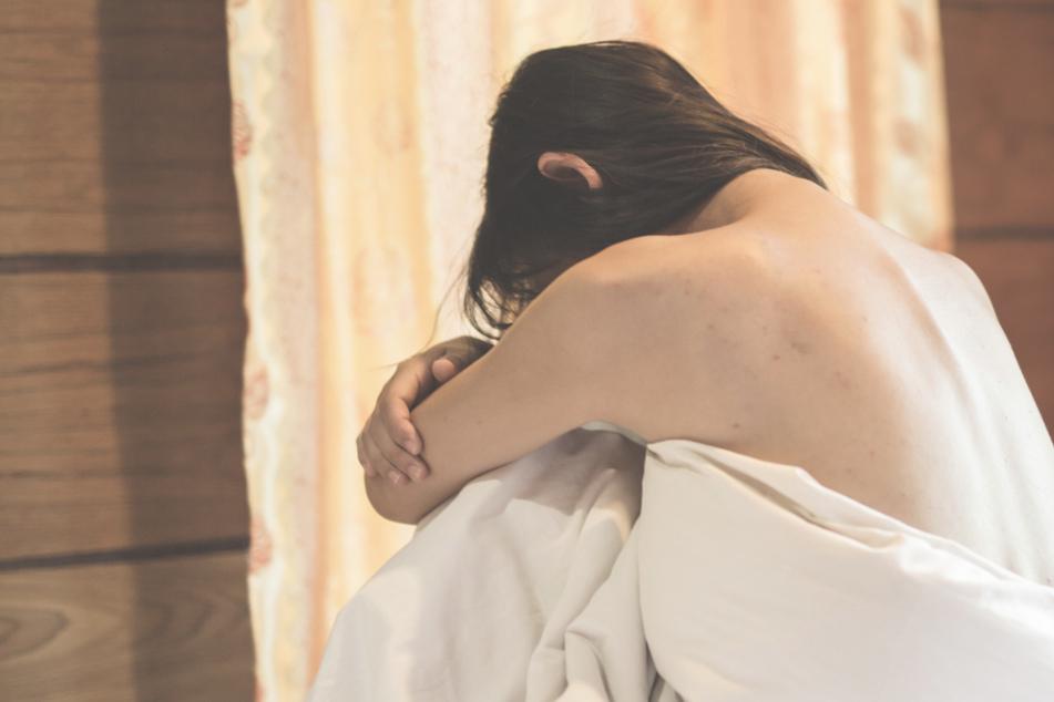 Frau redet und trinkt mit ihrem Vater: Kurz darauf vergewaltigt er sie mehrfach