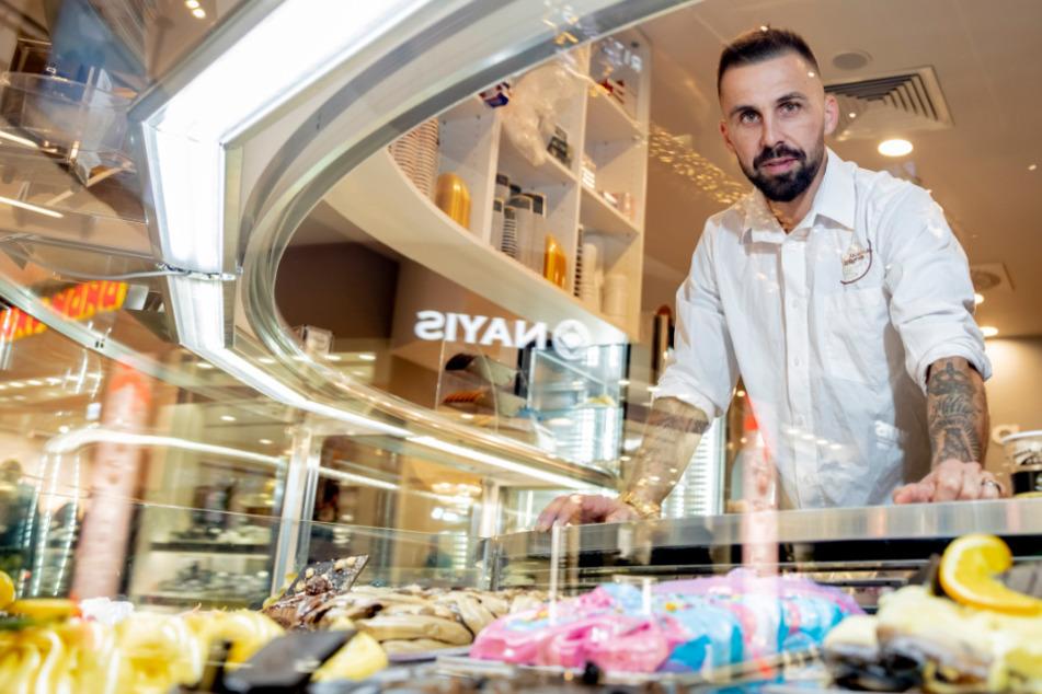 Benjamin Köhler (40), Inhaber des Eiscafés La Luna, steht in seinem Eiscafé in der East Side Mall an der Eistheke.