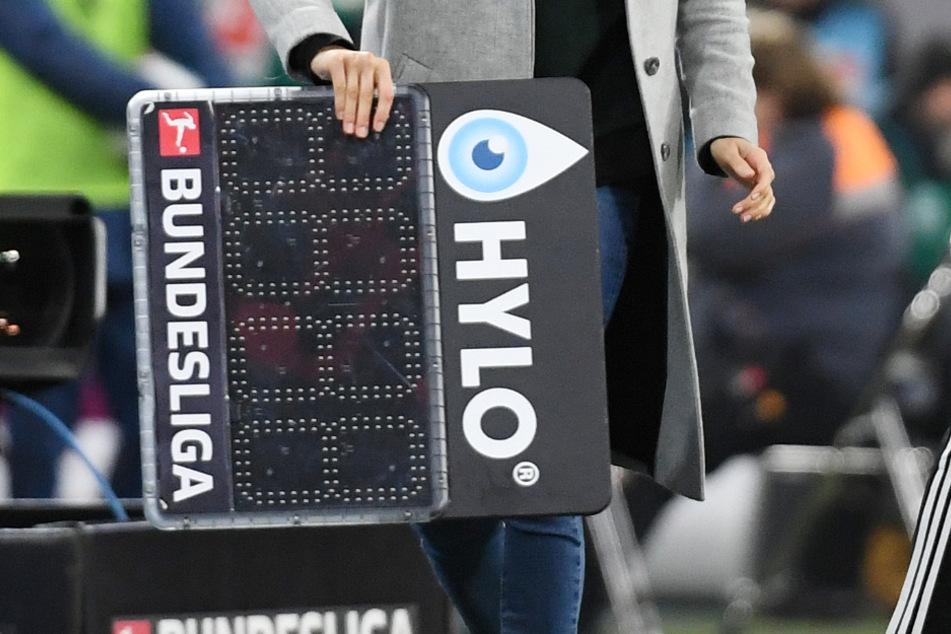 Im Stadion ist Kathleen Krüger (34) dafür verantwortlich, bei Auswechslungen dem Vierten Offiziellen die Anzeigetafel mit den Spielernummern zu übergeben.