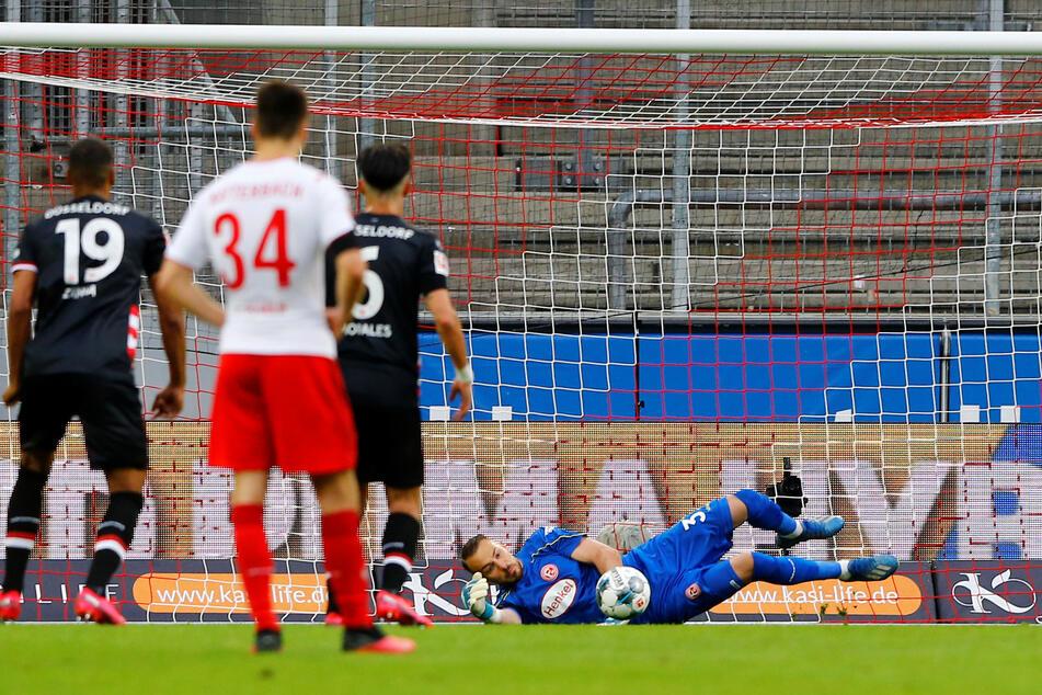 Düsseldorfs Keeper Kastenmeier hielt den Elfmeter von Kölns Uth (59.).