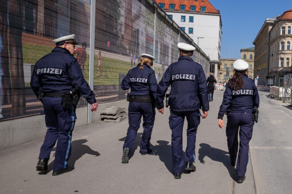 Vier Polizisten patroullieren durch eine fast leere Straße in der Innenstadt, hinter dem Rathaus in München. (Symbolbild)