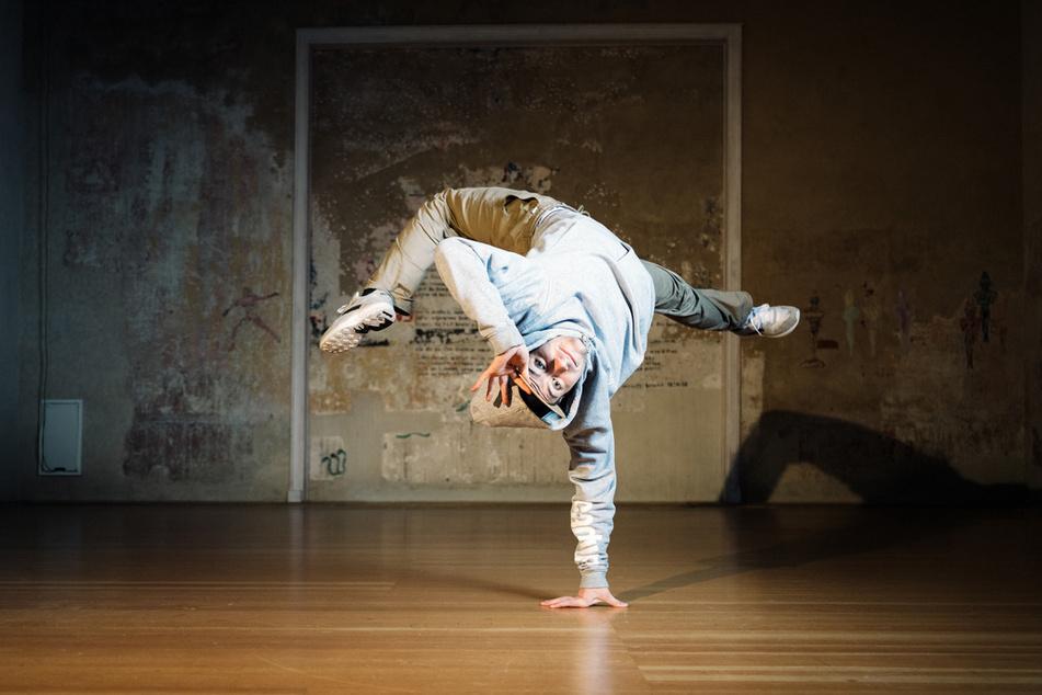 Dennis (25) lebt seit sechs Jahren vom Tanzen. Seiner Crew, den Saxonz, verdankt er viel, denn sie haben ihn nicht nur tänzerisch, sondern auch menschlich weitergebracht.