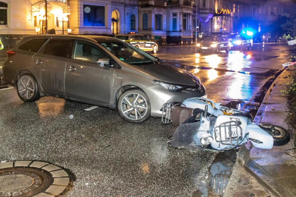 Der Roller liegt nach dem Unfall vor dem Uber.