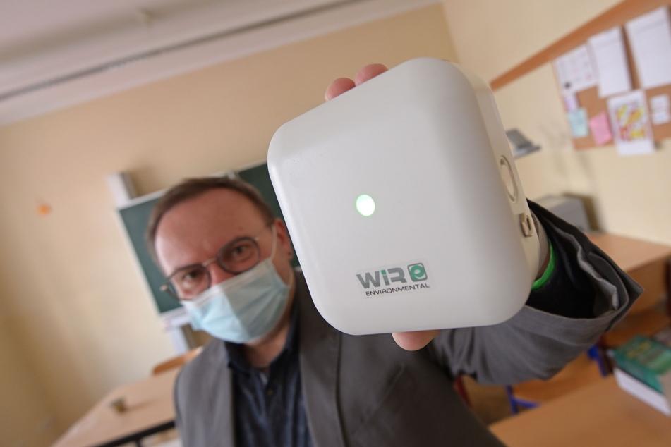 """Der """"Wecker"""" fürs Lüften: Schulleiter Michael Schönfeld (59) mit dem CO2-Messgerät """"enWIRo"""" aus Chemnitz."""