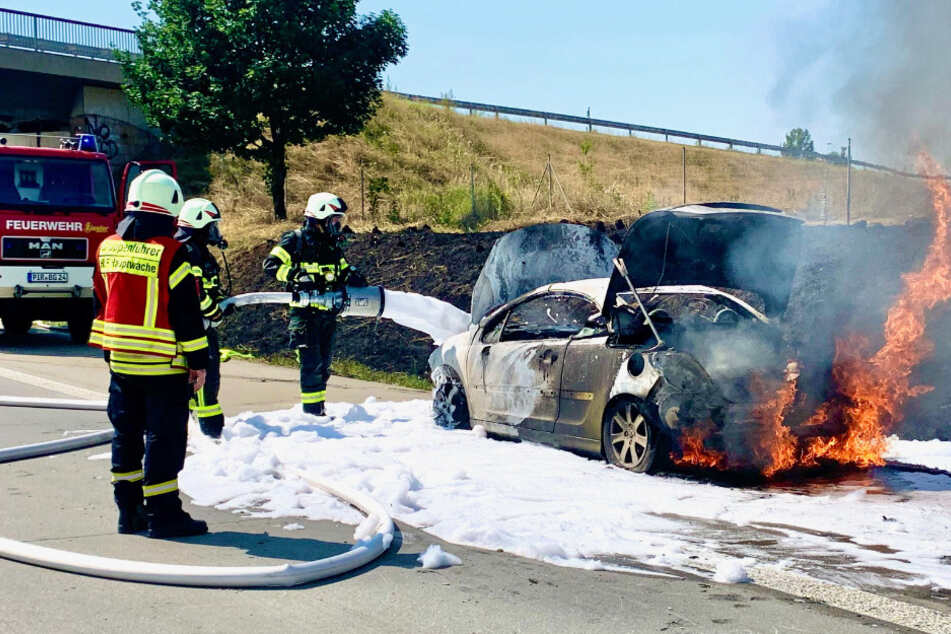 Dresden: Feuerwehreinsatz auf der A17: Cabrio brennt völlig aus!