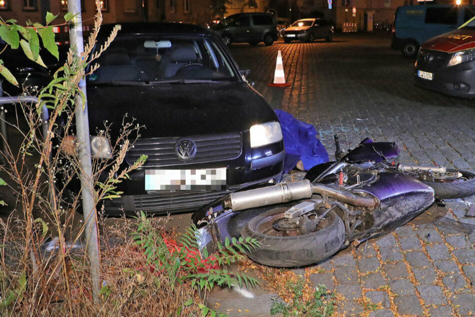 Tödlicher Unfall: Motorradfahrer ohne Führerschein kracht gegen geparkten VW