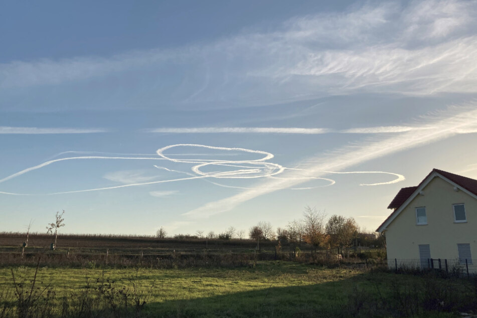 Pimmel am Himmel? Spekulation um Kondensstreifen von Kampffliegern