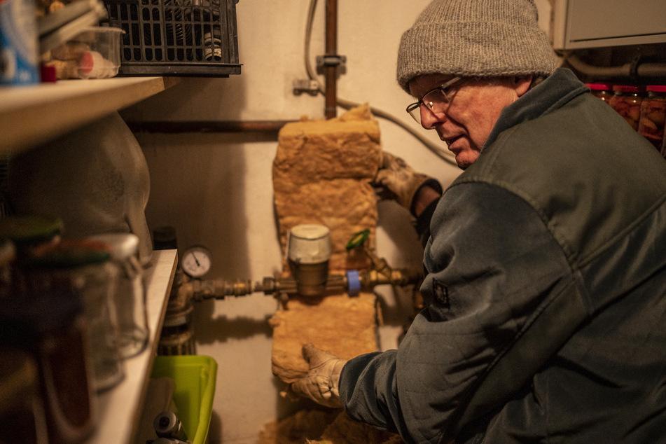 Mit Dämmwolle lässt sich der Wasserzähler vor dem Einfrieren schützen.