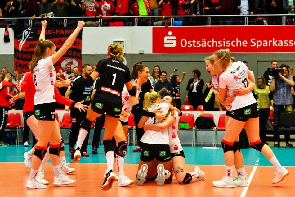 15:13 im Golden Set, der DSC feiert den Halbfinaleinzug im Europacup. In der Mitte knien Mareen von Römer und Lucija Mlinar auf dem Feld und umarmen sich.