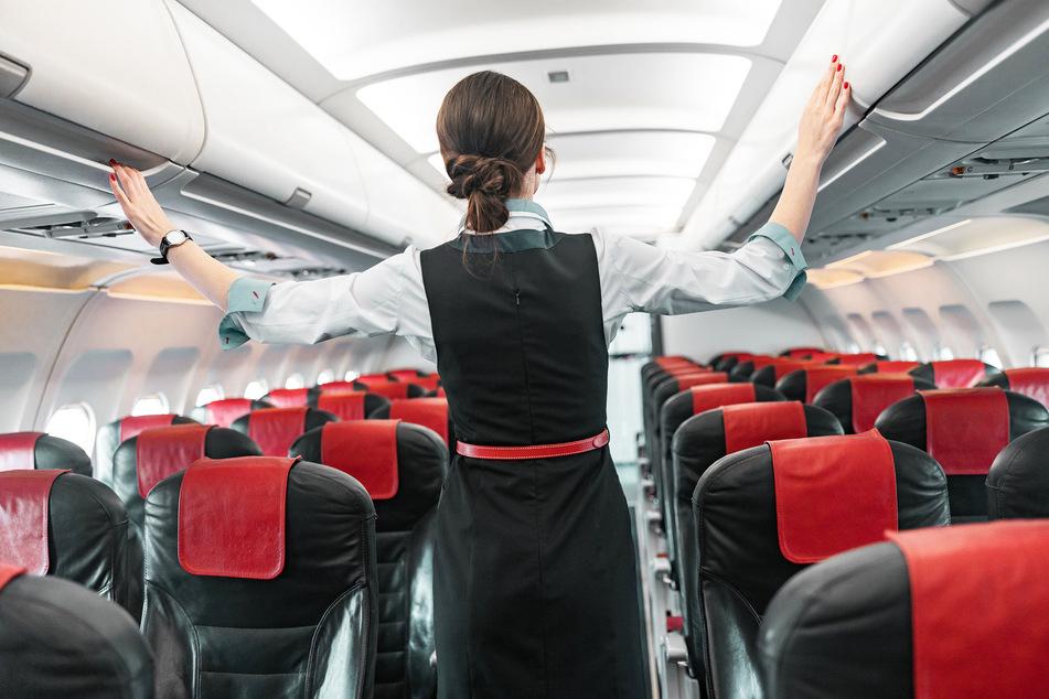 Eine Flugbegleiterin geht vor dem Boarding durch ein Flugzeug. (Symbolbild)