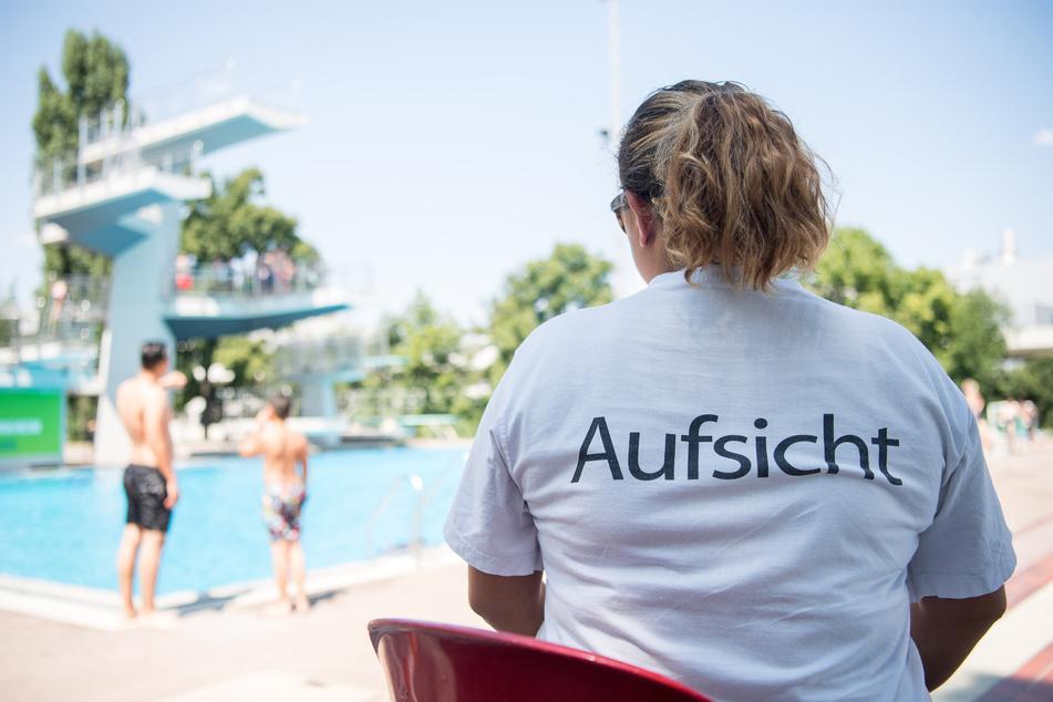 Eine Badeaufsicht schaut im Inselbad in Stuttgart-Untertürkheim Richtung Sprungturm. Sie wird künftig mehr kontrollieren, als zuvor.