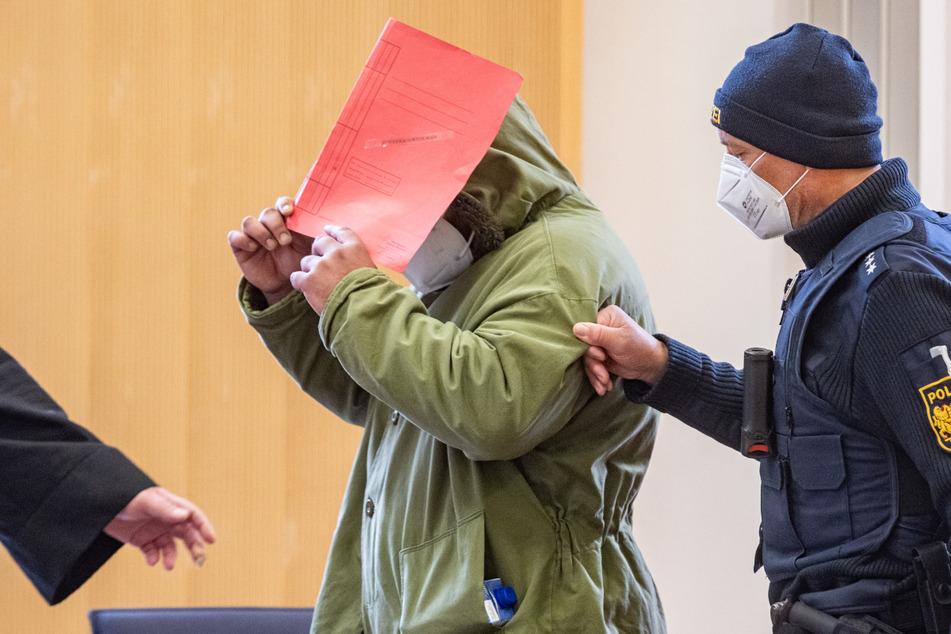 Der 37-Jährige hat gestanden, im Mai 2020 im niederbayerischen Schwarzach seine sechsjährige Tochter und seinen achtjährigen Sohn getötet zu haben.