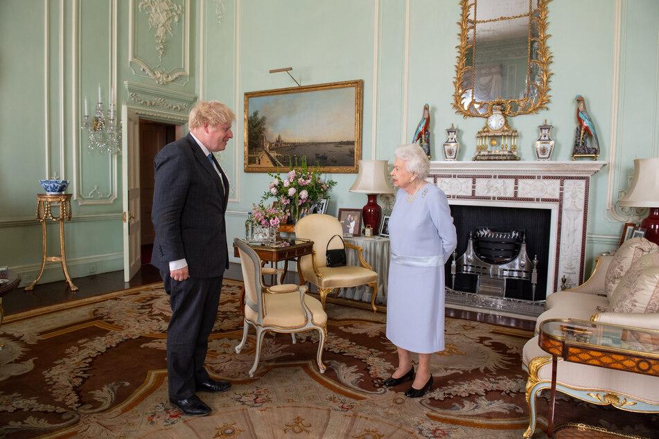 Der frühere britische Regierungsberater Dominic Cummings (49) hat weitere Anschuldigungen gegen Premier Boris Johnson (57) erhoben: Angeblich wollte Johnson zu Beginn der Pandemie die Queen trotz ihres hohen Alters weiterhin persönlich treffen.