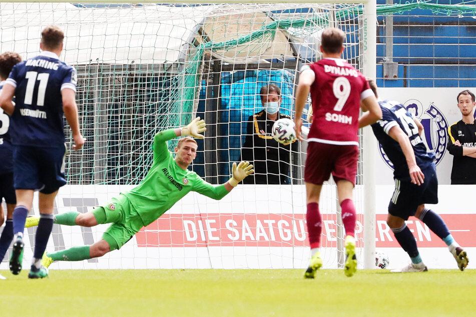 Dynamo Keeper Kevin Broll (M.) ahnte die Ecke, konnte den Elfmeter von Christoph Greger (r.) aber nicht abwehren - 0:2!