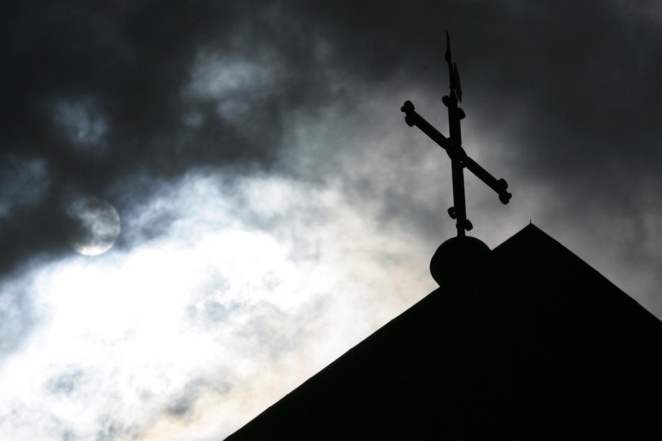 Im Leipziger Stadtteil Grünau-Siedlung haben Unbekannte eine Kirchentür angezündet. (Symbolbild)