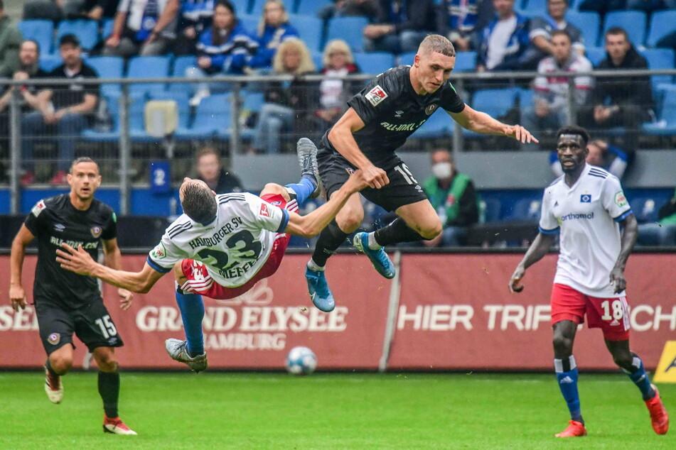 Luca Herrmann (22, 2.v.r.) kann auch mal rustikal hinlangen, wie der Hamburger Jonas Meffert (27.) schmerzhaft erfahren musste. Allerdings war die Partie beim HSV die bisher letzte für Dynamos Mittelfeldmann.