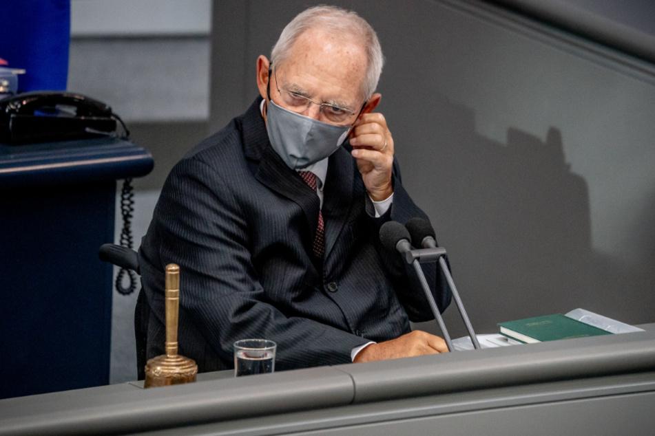 Wolfgang Schäuble (CDU), Bundestagspräsident, nimmt vor der Regierungsbefragung seine Maske ab.