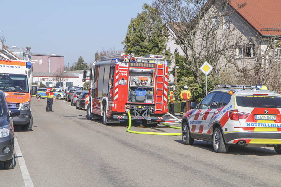 Rauch dringt aus Haus: Feuerwehr findet Leiche