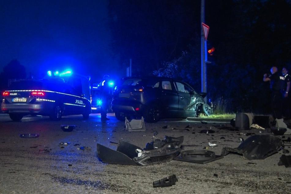 Der Leihwagen des Unfallverursachers kollidierte mit einem Ampelmast der Kreuzung.