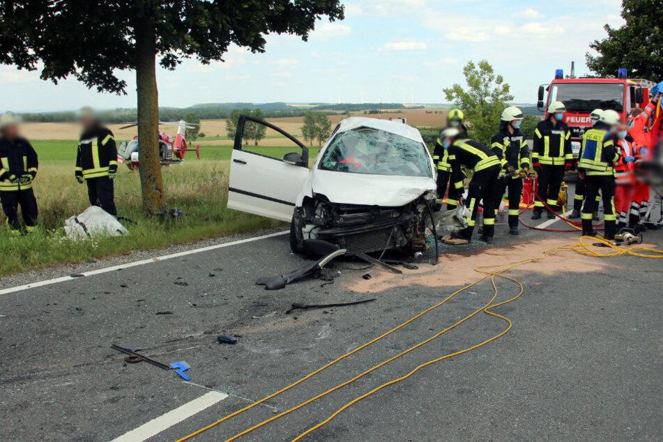 Schwerer Unfall auf Landstraße: VW-Fahrerin eingeklemmt!