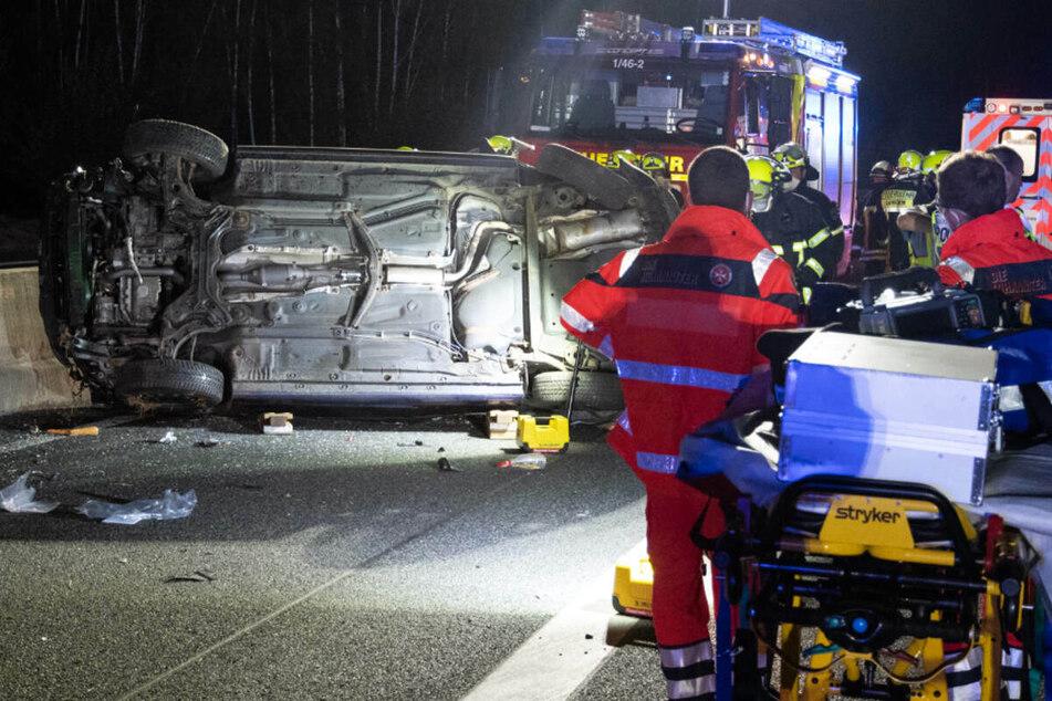 Zahlreiche Einsatzkräfte eilten nach dem Crash auf der A661 zum Unfallort.