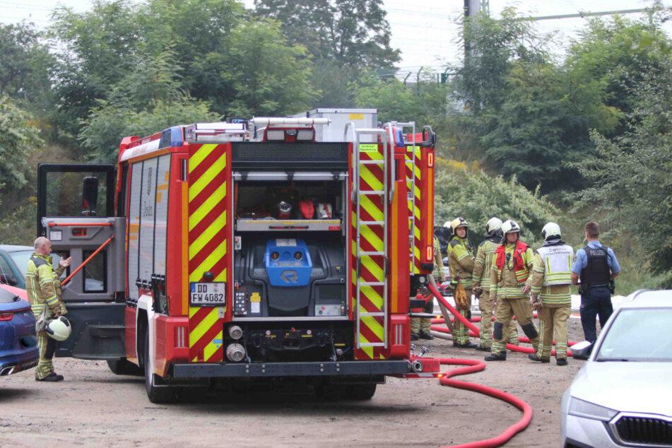 Einsatzkräfte der Feuerwehr waren vor Ort und bekämpften die Flammen am Fahrzeug.