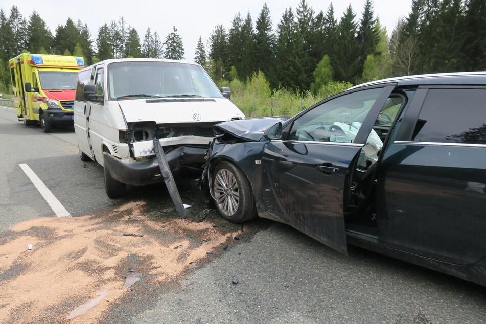 Heftiger Frontal-Crash auf der B169 bei Schneeberg: Ein VW-Transporter krachte mit einem Opel zusammen.