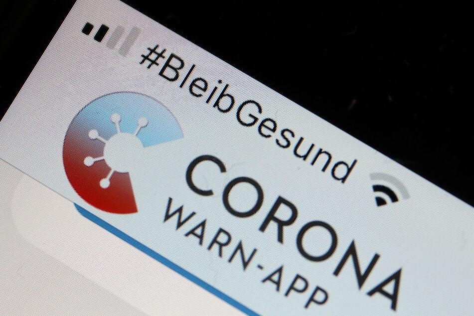 Die offizielle Corona-Warn-App ist auf einem Smartphone zu sehen. Mitte Juni wurde die App von 15 Prozent der Menschen in Deutschland verwendet.