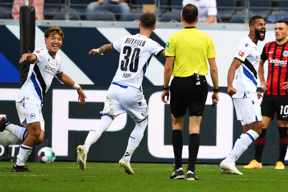 Cebio Soukou (28, 2.v.r.) erzielte am 1. Spieltag der Saison 2020/21 sein einziges Bundesliga-Tor für Arminia Bielefeld. Am Ende spielte der DSC 1:1 bei Eintracht Frankfurt.