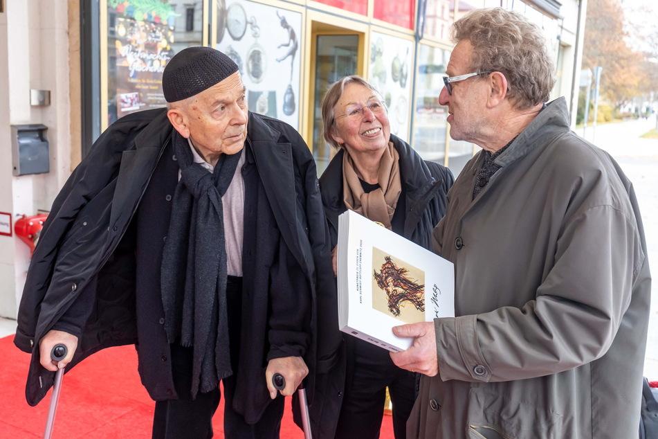 Max Uhlig (83) und Angela Simon freuen sich mit Kunstpreisträger 2018, Michael Morgner, über Treffen und Ehrung.