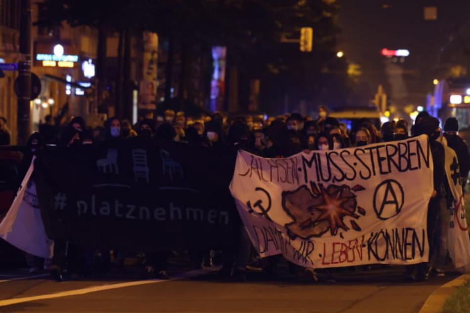 Die Demonstranten zogen am Abend über die Karl-Liebknecht-Straße in Richtung Süden.