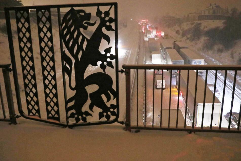 Die Autobahn 4 in Dresden versinkt im Schnee. Unfälle und Stau halten die Einsatzkräfte auf Trab.