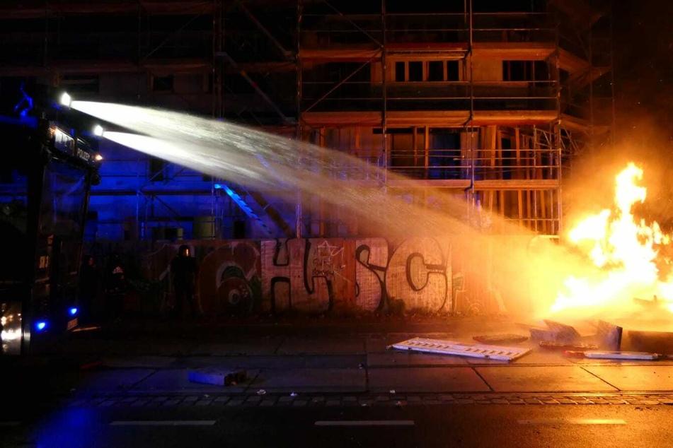 Wasserwerfer löschten die gelegten Feuer.