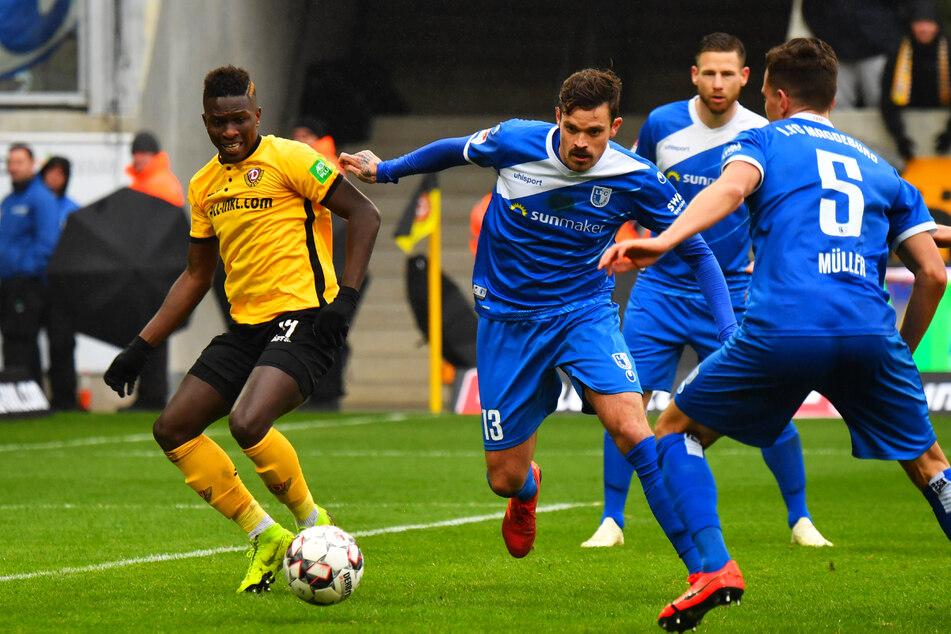 Dennis Erdmann (30, 2.v.l.), hier im Trikot des 1. FC Magdeburg gegen den damaligen Dynamo-Stürmer Moussa Koné (24, l.), kann sich einen Wechsel ins Ausland gut vorstellen.