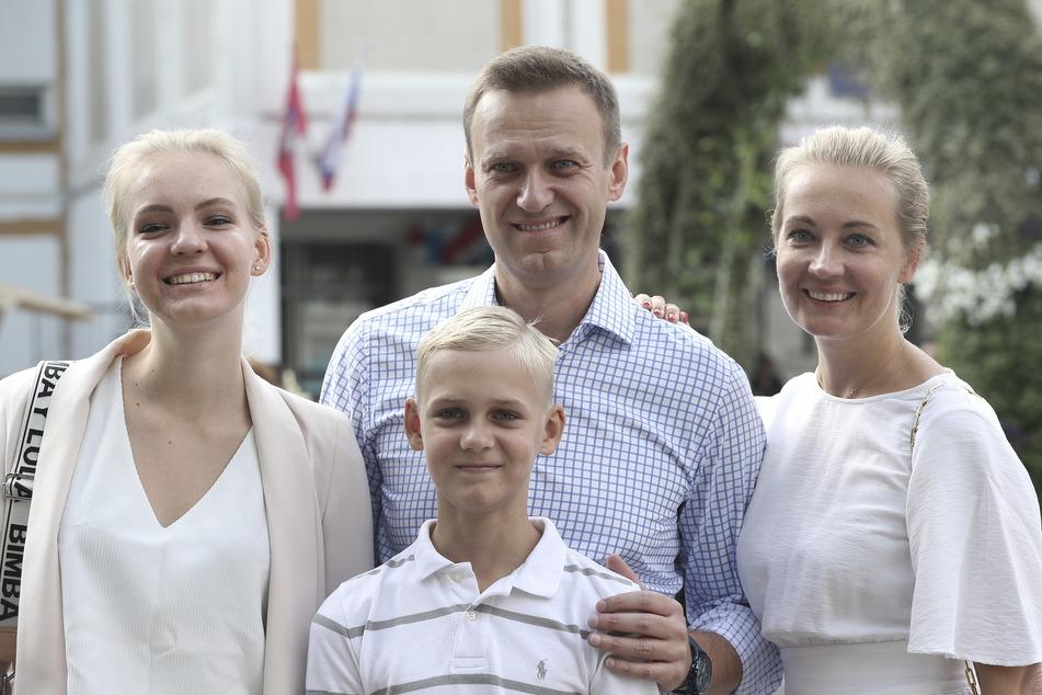 Alexej Nawalny steht mit seiner Frau Julia (r.), seiner Tochter Daria und seinem Sohn Zakhar, für ein Foto zusammen.