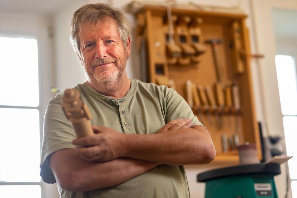 Spielzeugmacher-Meister Wolfgang Braun (59) greift dem Nachwuchs unter die Arme.