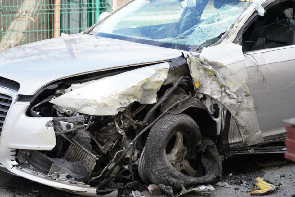 Der Audi war nach dem Unfall stark demoliert.