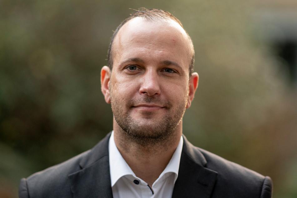 Benjamin Ondruschka, Leiter der Rechtsmedizin des UKE (Universitätsklinikum Eppendorf), steht im Hof des Instituts.