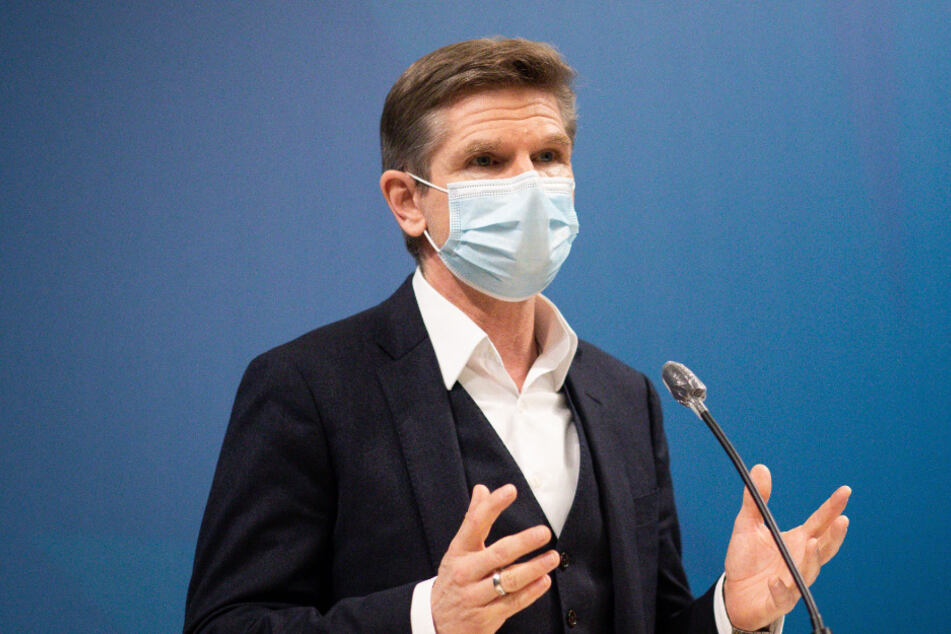 Heiner Garg (FDP), Gesundheitsminister von Schleswig-Holstein spricht auf einer Pressekonferenz.