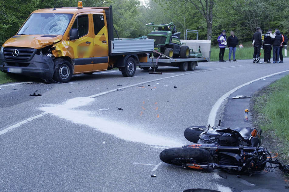 Motorradfahrer kracht gegen Klein-Lkw und stirbt noch an der Unfallstelle