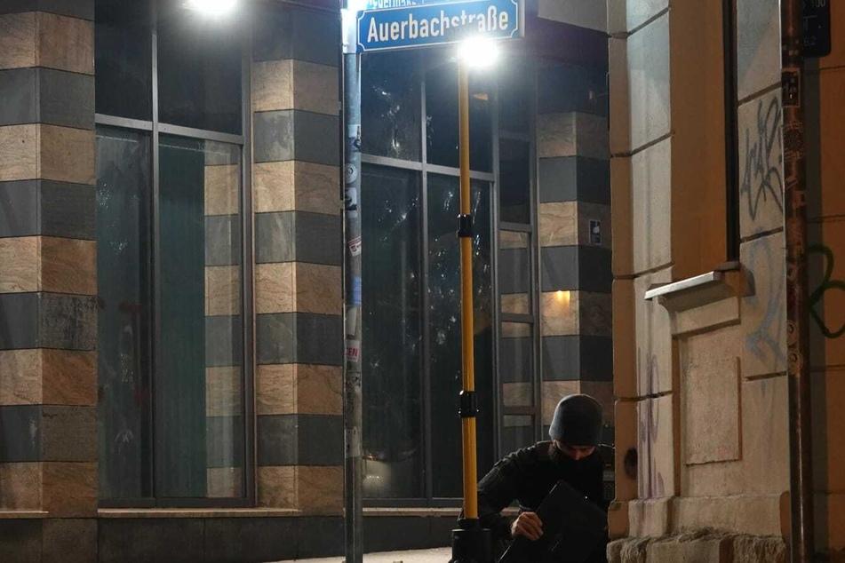 Zuvor war am Sonntag bereits die Außenstelle Wiedebachpassage in Connewitz mit Steinen und Flaschen beworfen worden.