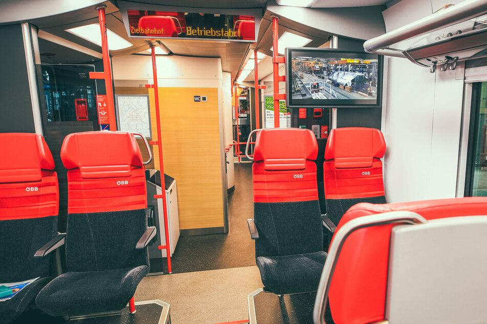 Große Displays in den Wagen können Strecken-Infos und Nachrichten anzeigen.